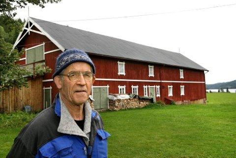 PRESTEGÅRD: Låven på Vinje prestegård er oppført i en konstruksjon som var typisk for låver i nedre Telemark. Mens du ser en låve, ser Jon Bojer Godal store byggtekniske variasjoner.