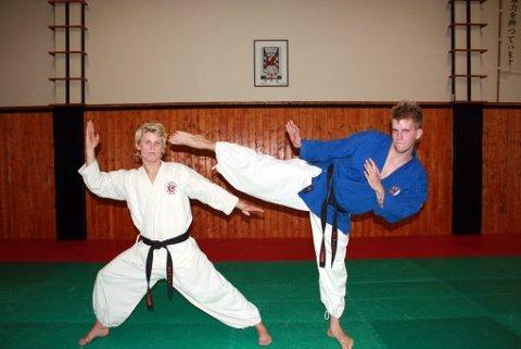 TIL KROATIA: 26-årige Geir André Sørensen (blå overdel) og Fredrik O. Hansen (18) fra Skien Nanbudoklubb drar kommende helg til Zagreb i Kroatia.