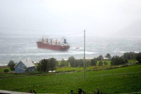Bare 60 meter fra land fikk taubåten Boa Hårek tak i Yamaska. Dermed unngikk vi sannsynligvis en stor miljøkatastrofe på helgelandskysten. Foto: Lena Kristin Vollen