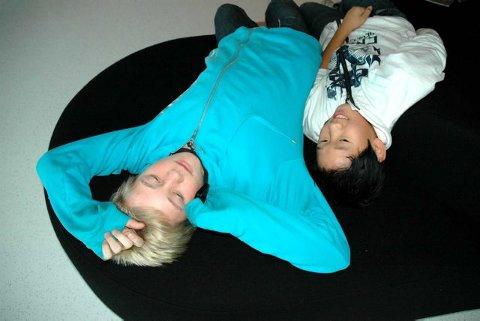Ligger godt: - Sofaen er god, konstaterer Thomas Nyhus (til venstre) og Henry Tran fra Larvik.