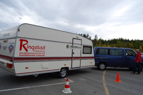UTFORDRING: Å rygge med campingvogn i et t-kryss krever både kunnskap og konsentrasjon.