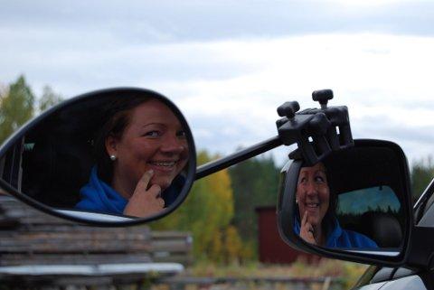 VIKTIG VERKTØY: Berit Søgaard Strømeng var en av flere flittige speilbrukere under kjørekurset.