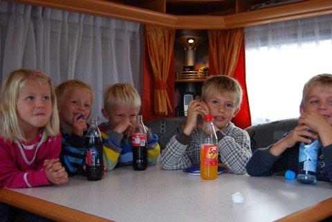 KOS I VOGNA: Henriette, Sivert, Sondre, Jonas og Henrik hygget seg med film i en vogn, mens mammaene var på kjørekurs.