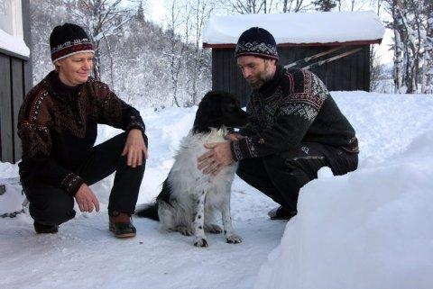 TUR MED HUNDEN: Ellen Tveito, Hans Grobbe og Twickel koste seg ute i kaldt vær i Frøystaul.  Foto: Thomas Flaaten Fredriksen
