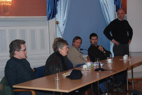 Dette var panelet under dialogmøtet. (F.v.) Øystein Andreassen, Ragnhild Johansen, Torill Gregersen( skjult) , Bernt Erik Tylden og Bjørnulf Arntsen. Kurt Birkeland ledet møtet.