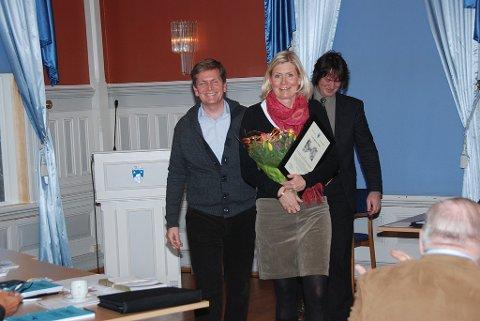 Fra bystyremøtet torsdag kveld der Anne Wickstrøm og Simen Münter mottok verneprisen i bystyret av utvalgsleder Dag Eikeland.