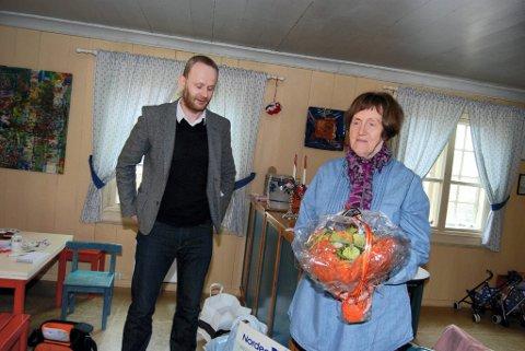 Redaktør i Foreldre & Barn, Roger Aarli-Grøndalen overraskte prisen til barnehagestyrer Kari Støen Kleppe i Augedal barnehage torsdag formiddag.