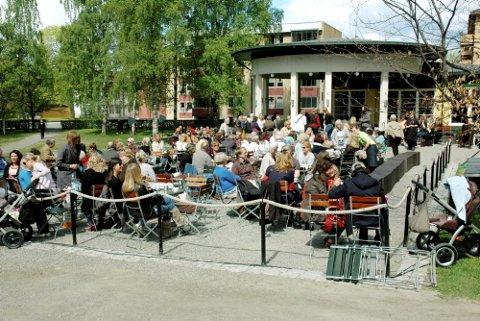 BOKBAD: Folksomt under bokbad i Søndre Park. Foto: Per Ivar Henriksbø