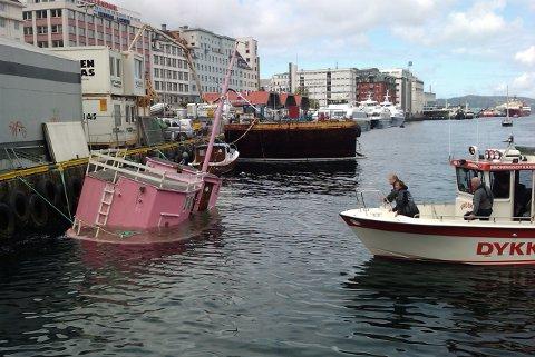 Redningsdykkere på vei til båten.