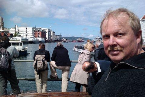 Tor Arne Bua forteller at en familie måtte kutte fortøyningene til den synkende båten som tilhører Moods of Norway.