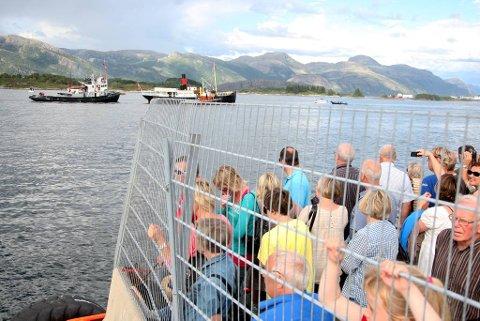 Stavenes fekk hjelp inn til si gamle hamn i Florø. På kaia hadde hamnemakta til og med flytta lterrorgjerdet for at dei mange frammøtte skulle få sjå godt.