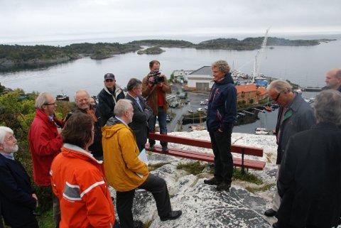 "Riksantikvar Jørn Holme (i gul jakke) beskrev Holmenprosjektet som en ""sovjetisk plantegning"""