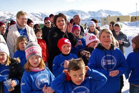OPPTRER: Barnekoret i Bjerkvik, her fra torsdagens opptrinn, og dets leder Heidi Blåsmo Frantzen (i mørkt) vil opptre på konserten. Foto: Yngve Paulsen
