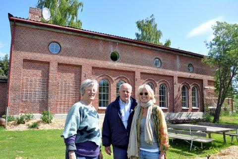 NYE EIERE: Hanna von der Lippe har solgt lokstallen til Aage Hvinden og Benedikte Fe rner. Et utrolig fint bygg, sier Ferner. Samboerparet vil trolig foreta en total rehabilitering av bygget, og se på muligheten for å bringe takkonstruksjonen tilbake til sin opprinnelige form.