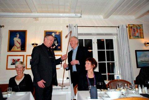 Her er bildebeviset som viser at staven var hel da Tittei overrakte den til Oddvar Brå på OL-festen.