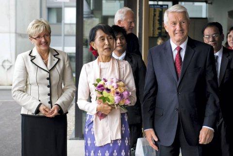 Nesten 21 år forsinket kommer den legendariske demokratiforkjemperen Aung San Suu Kyi til Norge for å takke for nobelprisen og holde sitt lenge utsatte nobelforedrag. Her blir hun mottat på Gardermoen av Nobelkomiteens leder Thorbjørn Jagland og kommunalminister Liv Signe Navarsete.