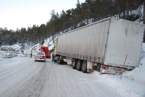 Tjernfjellet har stor trafikk av tungtransport. Selv de mest erfarne langtransportsjåførene frykter strekningen på tre kilometer med stupbratte fjellsider.