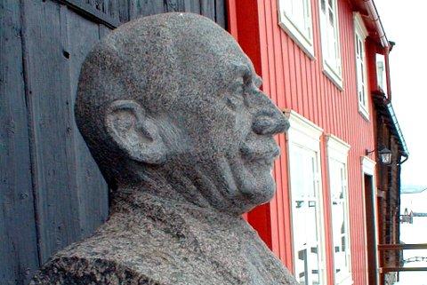Statuen av Harald Sohlberg forsvarnt, men kom til rette.