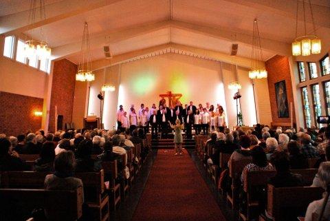 STEMNINGSFULLT: Ei fullsatt Gruben kirke fikk oppleve stemningfull korsang.