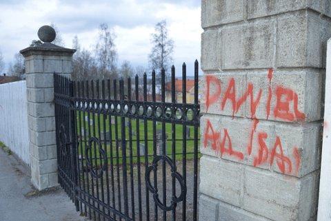 TILGRISET: Inngangsporten til Gjøvik kirke ble lørdag kveld tilgriset av maling.