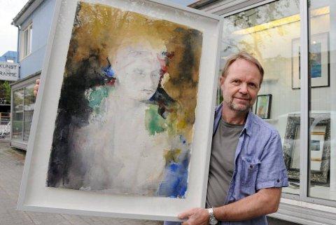 SIVERTSEN PÅ TORGET: Stig-Ove Sivertsen er valgt til å være årets festivalkunstner under Galleria. Han trives godt i sitt nye galleri og rammeverksted på torget i Mosjøen. (Foto: Tor Martin Leines Nordaas)