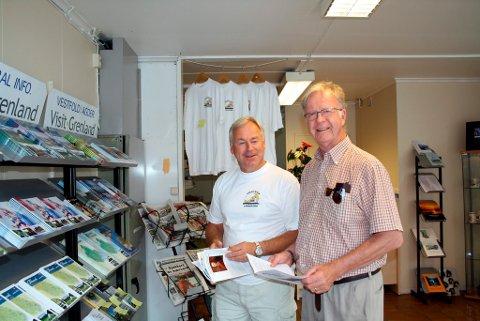 Harald Lidbeck fra Göteborg var innom Langesund Turistservice tirdag ettermiddag og fikk turistinformasjon av Frp-politiker Erling Dahl som stilte som dagens politikervakt, utfordret av Victoria Boys