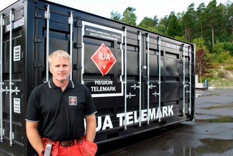 Jan Kristoffersen viser fram den ene av to containere som skal fylles med lenser og annet beredskapsutstyr for Interkommunalt Utvalg mot akutt forurensing i Telemark, IUA Telemark.