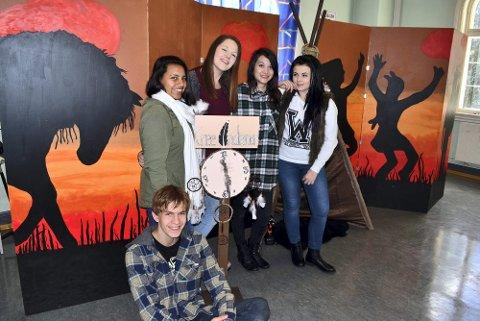 Sandra Lien Lunder (18), Lise Thormundsen (18), Lisa Nielsen (18), Nina Helene Wiethüchter Molberg (19), og Jakob Wiig Hanssen (18) foran