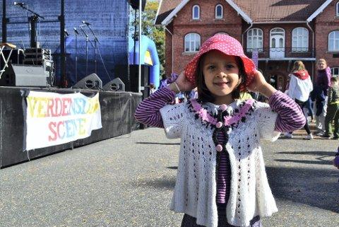 Nora Sophie Olsen (4) med sin prikkede hatt, synes det var gøy på Barnas Verdensdag