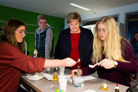 NATURFAG: Susanna Pran (14) og Maria Dammyr (14) med forsøk for statsminister Erna Solberg. Magnus Antonsen (14) følger spent med.