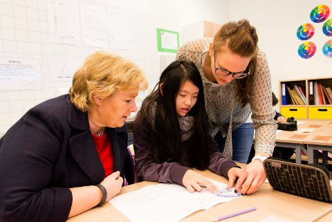 GEOMETRI:  Erna Solberg og Idun Dragland (11) får hjelp av kontaktlærer Randi Solberg med geometrioppgavene.