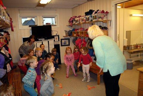 Barna i Brattås barnehage liker å være i aktivitet og leke med hopp og sprett. De liker også å høre eventyr som er skrevet av Alf Prøysen, og kanskje er det en av disse barna som vil kle seg ut som geitekillingen?