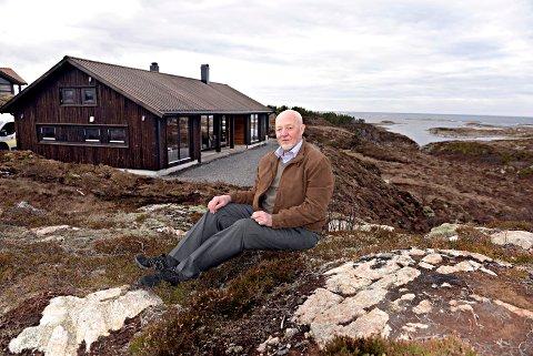 Grunnleggeren: - Det enkle er ofte det beste, og det litt av filosofien bak designet av Rindalshytta, sier firmaets grunnlegger Emil Gåsvand. Her foran visningshytta på Hasløya i Averøy.