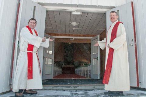 GJØR DØREN HØY OG PORTEN VID: Kapellan Arne Skare (til venstre) og sogneprest Egil Lønmo (til høyre) ønsker stadig flere velkommen til Lakselv kirke.