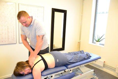 Akupunktør Heidi Ek minner seg selv på at terapauter også trenger å bli behandlet fra tid til annen. - Det var litt anspente musker her, ja, sier naprapat Geir-Inge Vatslag