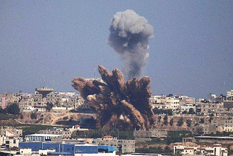 Røykskyer stiger til værs under et av nattens mange bombeangrep fra Israel. Ekspertene blir mer og mer bekymret for utviklingen.