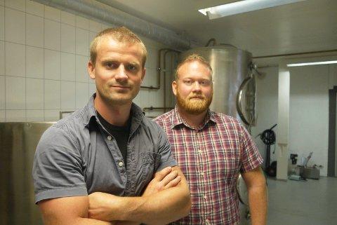 klare for lansering: Christian Tanum Morstad og Erik Flækken Morstad gleder seg til å få håndbryggerølet ut til Hadelendinger.