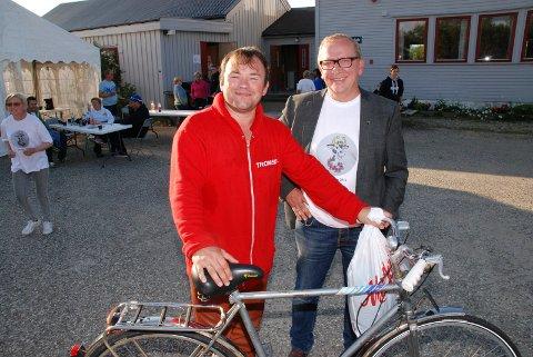 KJØPTE SYKKEL PÅ AUKSJON: Mikkel Gaup var godt fornøyd etter å ha kjøpt denne sykkelen på auksjon for 100 kroner. Likefornøyd var generalen for Kunesdagan, Alf Edvard Masternes.