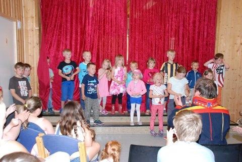 JOIKEKURS: Mikkel Gaup lærte barna å joike. De små gikk til oppgaven med stor iver.