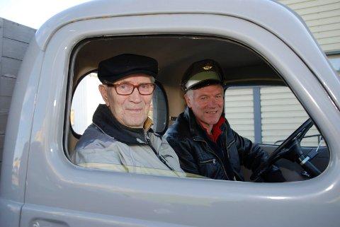 LANG FARTSTID:  Wiktor Hansen (nærmest) har kjørt lastebil og maskiner i mange tiår. Han syntes det var stor stas å være med Asbjørn Rolstad på tur i Volvoen fra 1941.