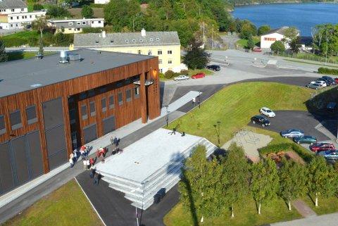 Denne plassen foran kommunehuset i Averøy skal oppkalles etter Vegard Ylvisåker, Bård Ylvisåker eller Calle Hellevang-Larsen. Foto: Hilde-Christine Brevik