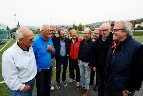 Gamle skøyteløpere mimrer på Sportsplassen. Svein Erik Stiansen, Magne Thomassen, Bjørn Tveter, Terje Andersen, Roy Thauland, Dag Fornæss, Terje Lundqvist, Ingar Bollerud og Åge Dalby.