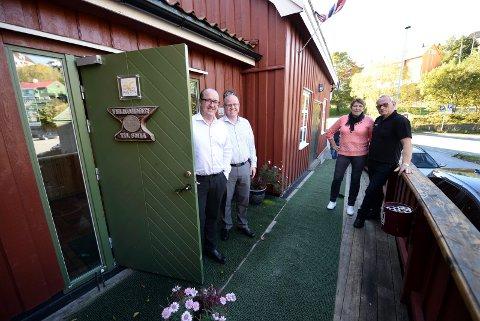 Olav Kåre Jørgensen (t.v) og Stian Røsand på vei inn dørene på Smia, mens Ingvald Rønninghaug og kona Margrethe Rønninghaug er på vei ut.