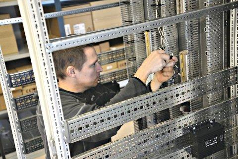 System: Kenneth Vestad skrur på kabinettet som blir fylt med utstyr og sendes ut i verden.