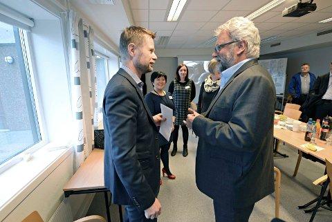 POLITISK MØTE: Helse- og omsorgsminister Bent Høie i passiar med Kristiansunds-ordfører Per Kristian Øyen. Foto: BJØRN A. HANSEN