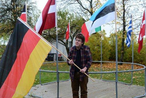 Noen av flaggene: Kaare-Anders pleier å henge ut flaggene sine rundt                          en gammel trampoline for å få en oversikt. Han har rukket å få hele 33 flagg i samlingen sin.