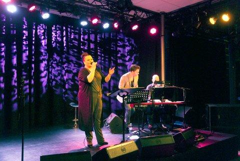 Rått talent: Maria Merete Trøen og Anders Gjønnes leverte en meget stø og sjarmerende konsert fredag kveld på Sanden scene i Bølgen. Her med pianist Petter Kragstad.foto: Rikke ASkersrud