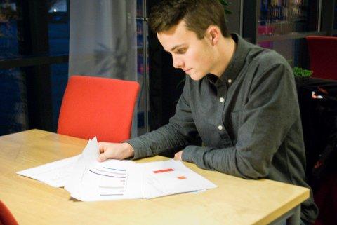 kontroll på Grafer: Stian Jacobsen måtte lese mye på grafene før de la frem undersøkelsen. Sammen med medelev Kristoffer Sørensen på medier og kommunikasjon i Mysen fikk han en positiv opplevelse på NRK-huset i Oslo.