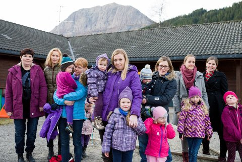 skuffa: Løftet frå kommunen var at Bygstad barnehage skulle stå ferdig hausten 2015. Slik blir det ikkje. T.v.: Ranita Olsen. Unni Lervik, Johanne Lervik, Ingunn Lervik, Rebekka Lervik (bak), Iselin Haugland, Vigdis Tande Haugland, Malin Haugland, Tarjei Ryste Haugsbø, Bodil Ryste, Ella Ryste Haugsbø, Ingvild E. Øvrebø, Anna E. Øvrebø, Else Marie Borch og Synne Borch Furnes.FOTO: MARIE HAVNEN