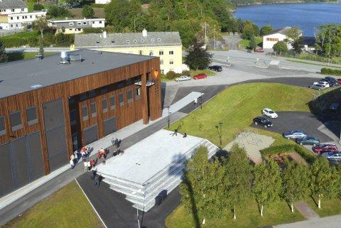 Tirsdag kveld fikk denne plassen foran kommunehuset i Averøy nytt navn.